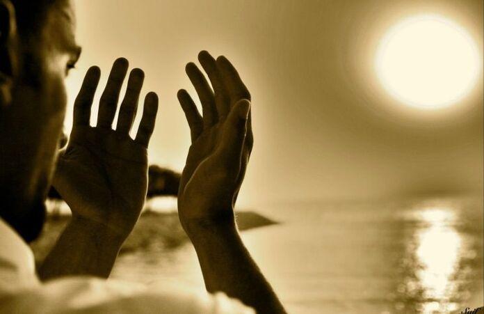 mengangkat tangan saat berdoa